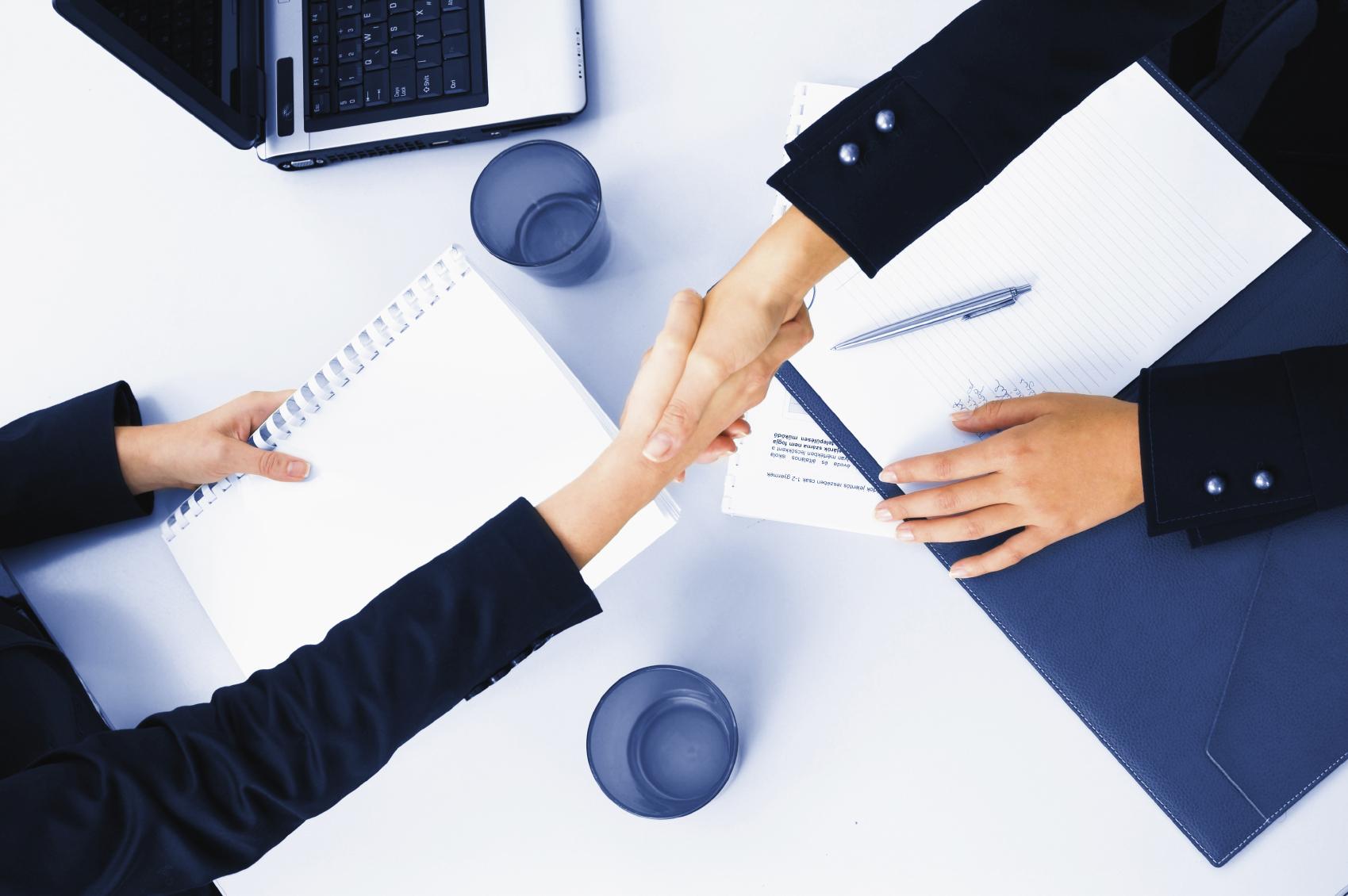 Estrechar la mano, hacer negocios