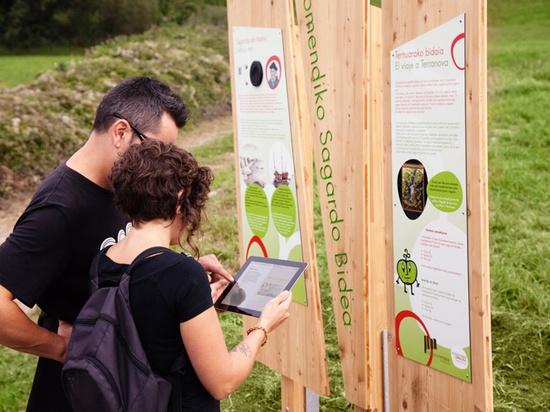 Turistas utilizando GIDA en Sagardoetxea